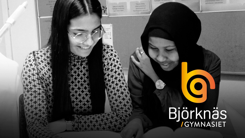 Två elever på introduktionsprogrammet som sitter och pratar.