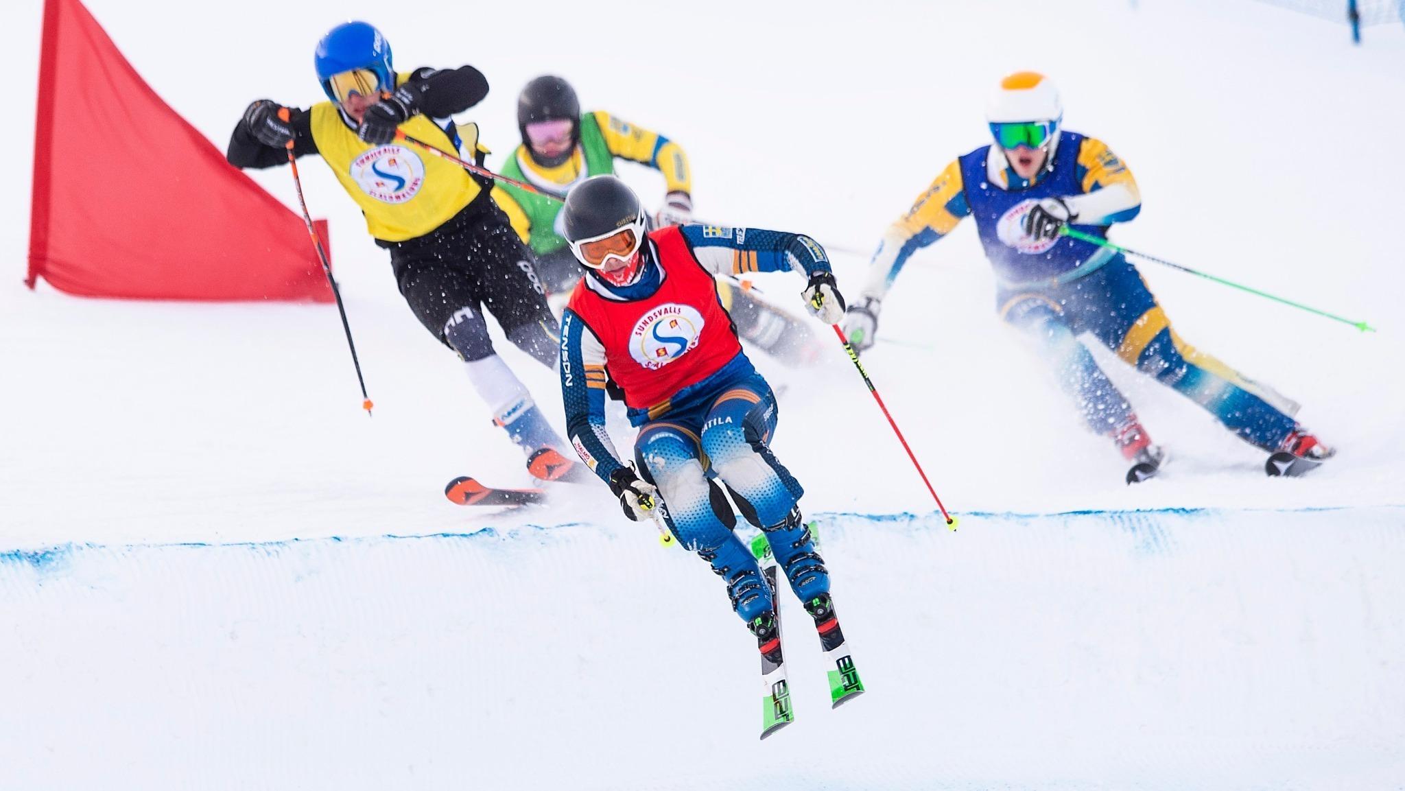 Bild på men som åker skicross.