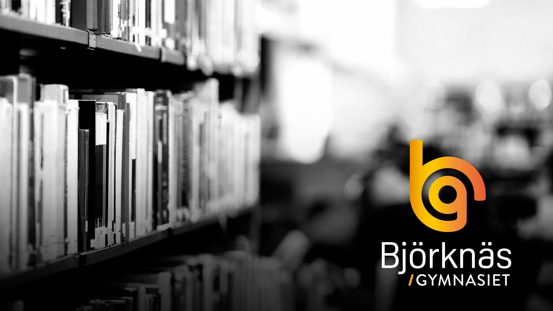 En hylla med böcker i ett bibliotek. Grafik med Björknäsgymnasiets logotyp.