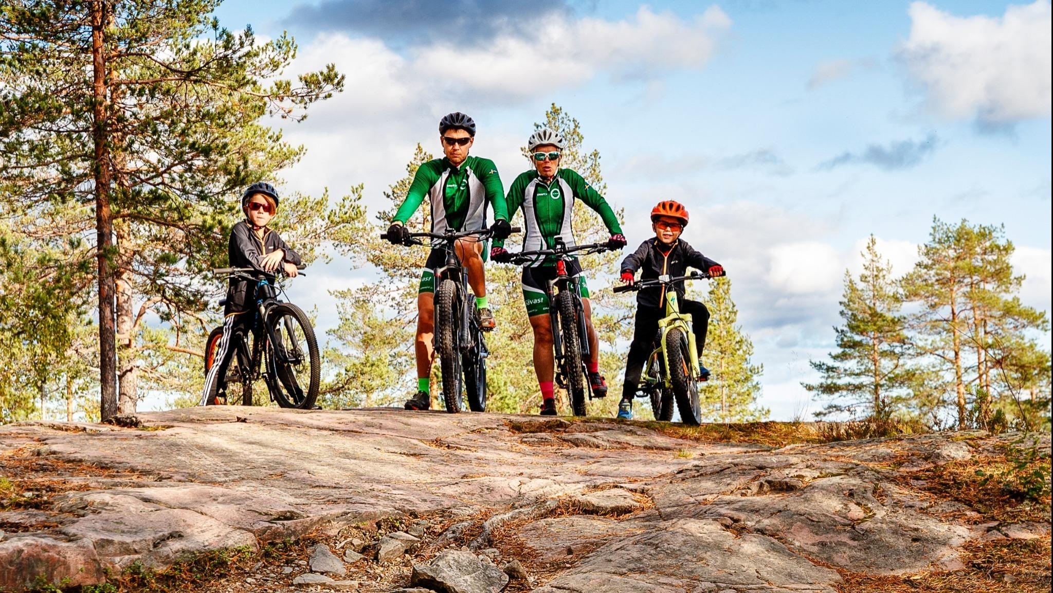 familj på cyklar på berg