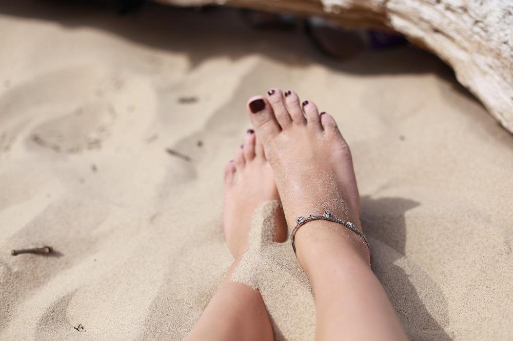 Sandstrand och bara fötter