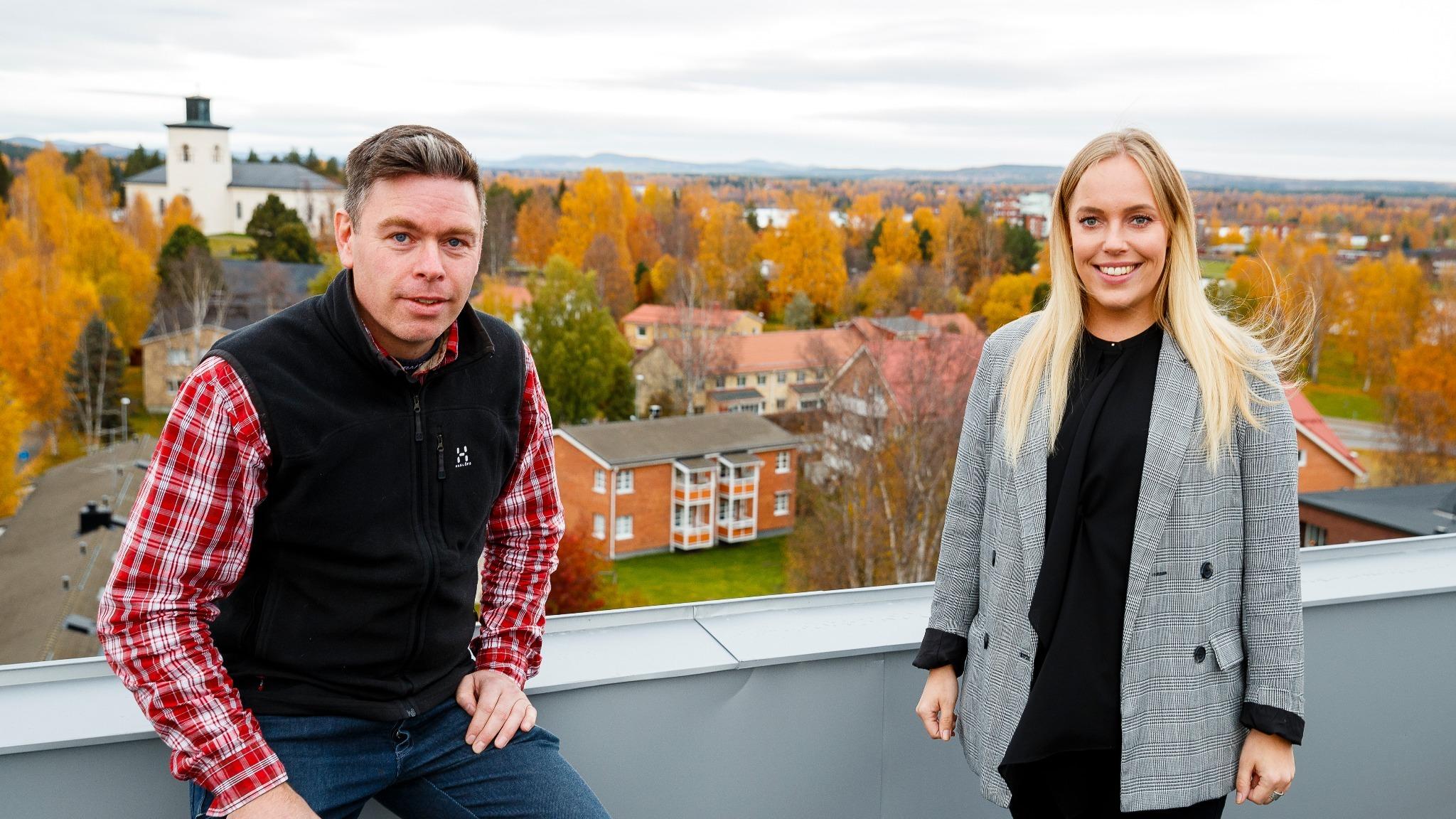 Man och kvinna högt upp med utsikt över staden