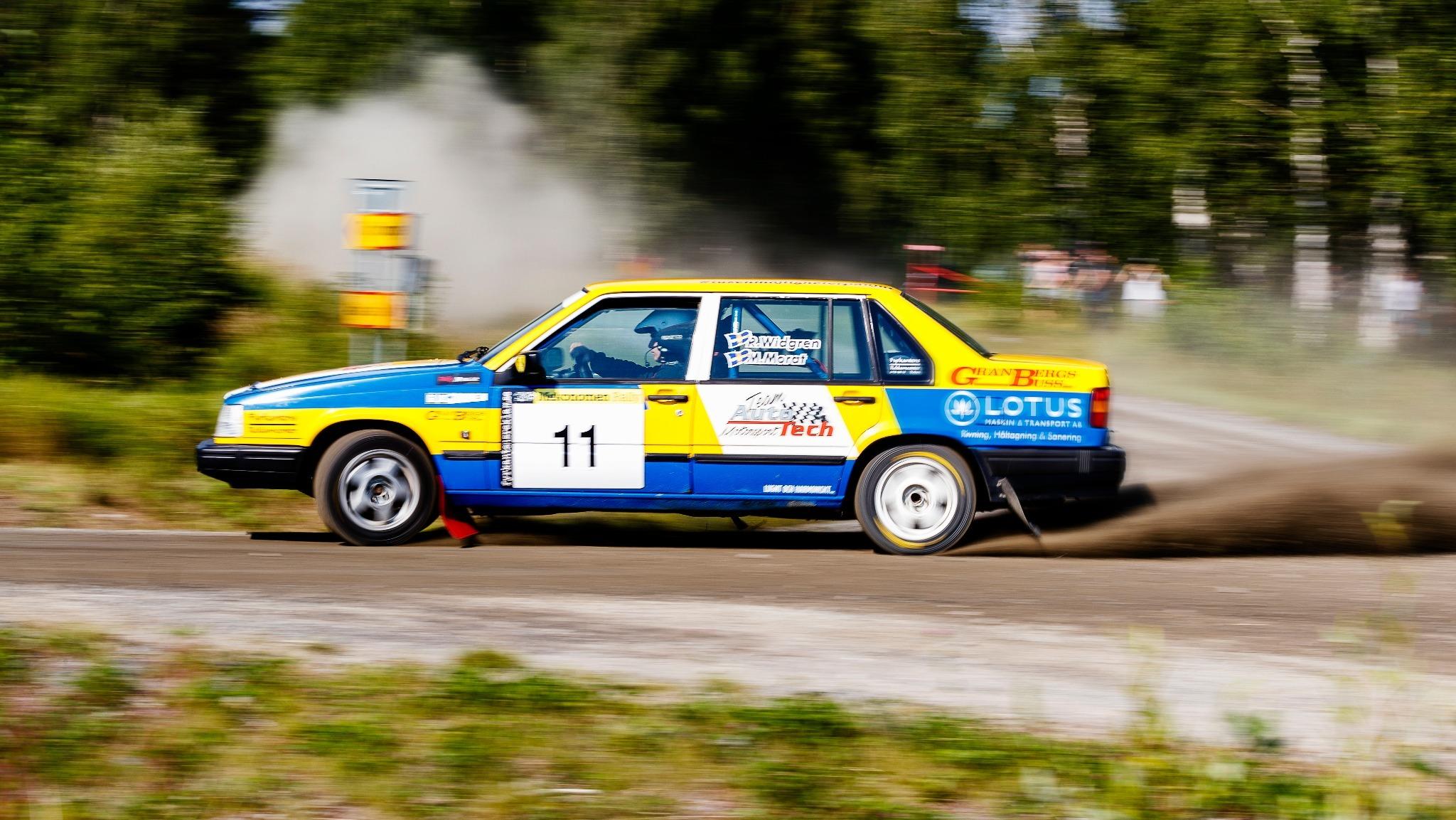blågul rallybil i full fart