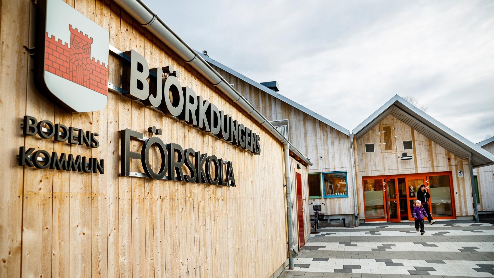 Träfasad och entré till Björkdungens förskola