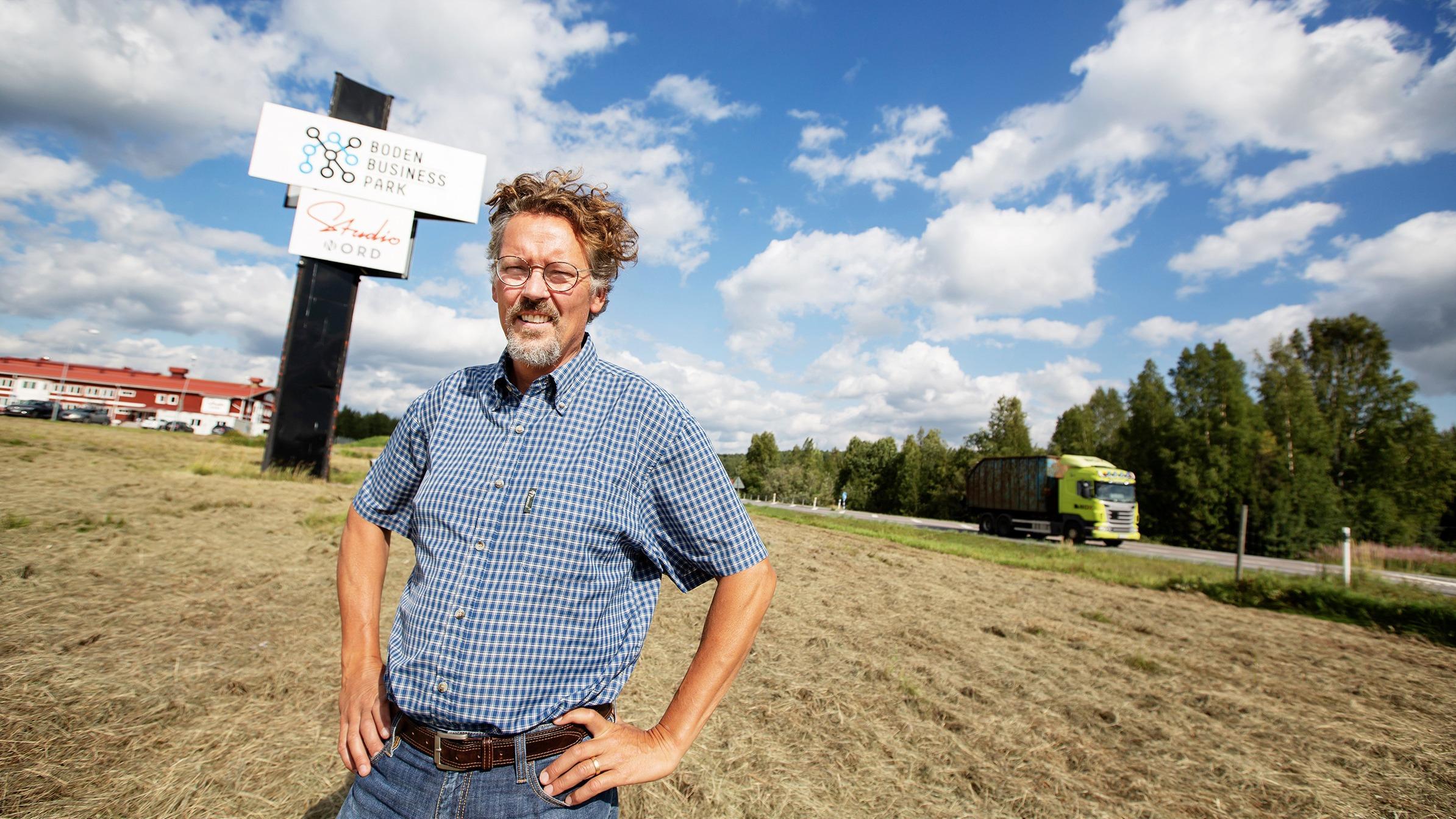 Affärsutvecklaren Thomas Fägerman intill Boden Business Park och 97:an.